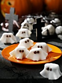 Sugar ghosts as table decorations