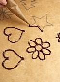 Schokoladendekorationen aus Kuvertüre zubereiten