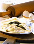 Pasta envelopes with spinach filling and ham & cream sauce