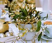 Gold-grüne Mistel als Tischgesteck