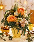 Adventlicher Rosenstrauss mit getrockneten Limonen
