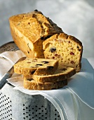 Pikanter Kuchen mit Oliven, Käse & Speckwürfel