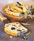 Olivenbrot (Cake) in Scheiben geschnitten