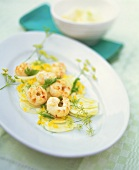 Fennel salad with yellow peppers and scampi