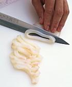 Calamares in Scheiben schneiden