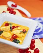 Gelbes Kabeljau-Curry mit Ananas und Kirschtomaten