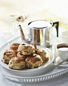 Scones (Teegebäck, England) auf einem Tablett mit Tee