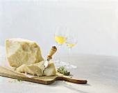Parmesan mit Käsemesser und Wein