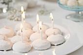 Kleine Pfeffernüsse mit Kerzen zum 'Schneeball-Fest'