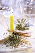 Brennende Kerze auf Wäscheklammer als Weihnachtsdeko
