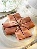 Napkin folding design: 'Crusader'