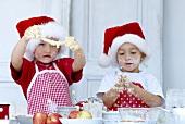 Zwei 'Junge Bäcker' beim Teig kneten