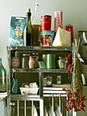 Küchenregal mit verschiedenen Lebensmitteln und Utensilien