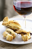 Spicy cheese straws with red wine