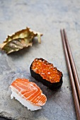 Nigiri sushi with salmon and a salmon caviar maki (Japan)