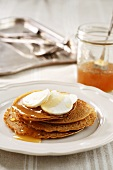Wholegrain pancakes with honey and goat's cheese