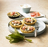Tartlets with sorrel, parma ham and goat's cheese
