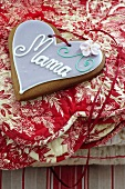 A Lebkuchen heart on a Christmas blanket