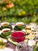 Frische Erdbeermarmelade mit Teegebäck und Tee