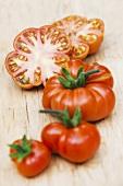 Ganze und aufgeschnittene Tomaten der Sorte Red Star