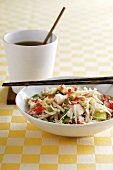 Wokgericht mit Hummer, Sprossen, Lauch und Reis (China)