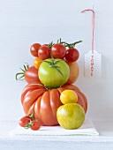 Mehrere verschiedene Tomatensorten, aufgetürmt
