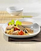 Entenbrust mit Bambussprossen, Tomaten und Curry-Kokossauce