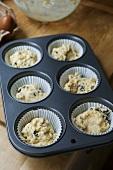 Teig mit Trockenkirschen in einer Muffinform (England)