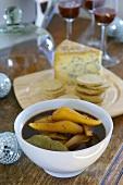 Pikant eingelegte Birnen mit Käse und Kräckern