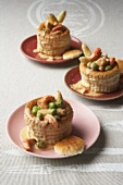 Drei Königin-Pastetchen mit Krebsfleisch und Spargel