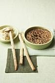 Kaffee-Creme brulee mit Sahne-Whiskey-Eis und Nussgebäck