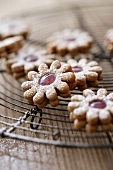 Gingerbread Spitzbuben (jam cookies) on a cake rack