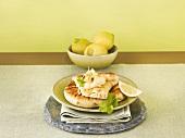 Hummus auf Fladenbrot mit Zitronenschnitz
