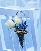 Sträusschen aus Tulpen, Traubenhyazinthen in einem Weidenkorb