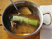 Suppenfleisch mit Gemüse und Bouquet garni in einem Topf