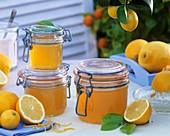 Zitronenmarmelade in drei Einmachgläsern