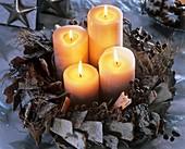 Adventskranz aus Rinde, Zweigen, Datteln und Kerzen