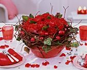 Rosengesteck mit Efeu, Hartriegel und Weihnachtskugeln