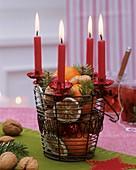 Adventsgesteck mit getrockneten Zitrusfrüchten,Nüssen, Kerzen