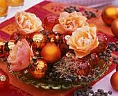 Weihnachtsgesteck aus Rosen, Weihnachtskugeln, Datteln