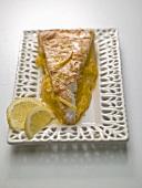 Ein Stück Lemon Pie auf einem Porzellanteller