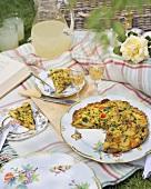 Kartoffeltortilla und Limonade auf einer Picknickdecke