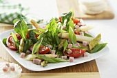 Salad leaves with asparagus, ham and tomato