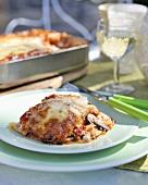 Ein Stück Pilz-Lasagne mit Aubergine, Paprika und Ricotta