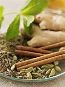 Ingwer, Zimt, Kardamom und Kräuter für einen Tee