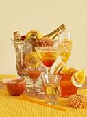 Verschiedene orangefarbene Cocktails und Getränke