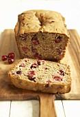 Cranberry-Brot, angeschnitten auf einem Holzbrett