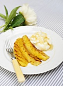 Grilled pineapple with yoghurt and honey