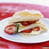 Blätterteig mit Erdbeeren und Vanillepudding geschichtet