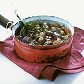 Rindergulasch mit Pilzen in einem Topf